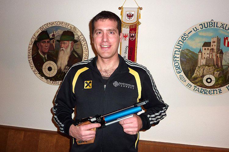 Rene Engensteiner mit Pistole