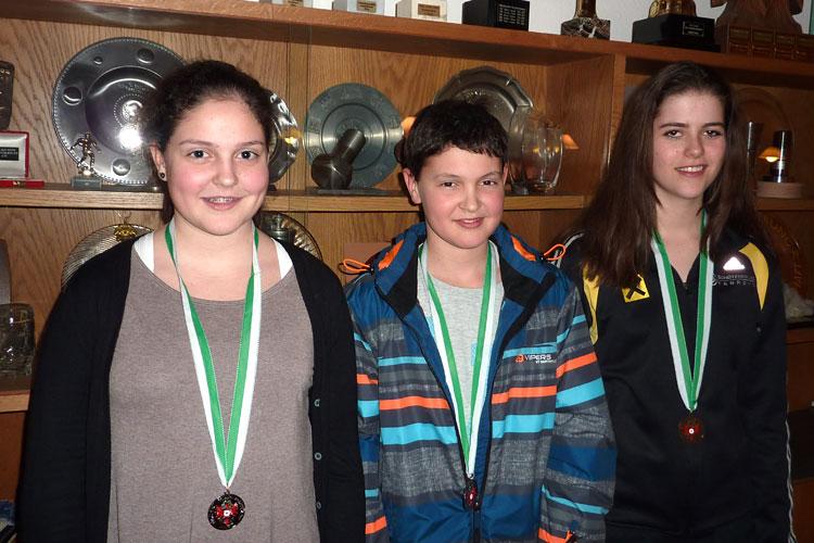 Drei Nachwuschschützen mit Medaillen