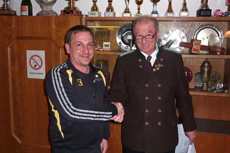 Der neue und alte Oberschützemeister beim Handshake