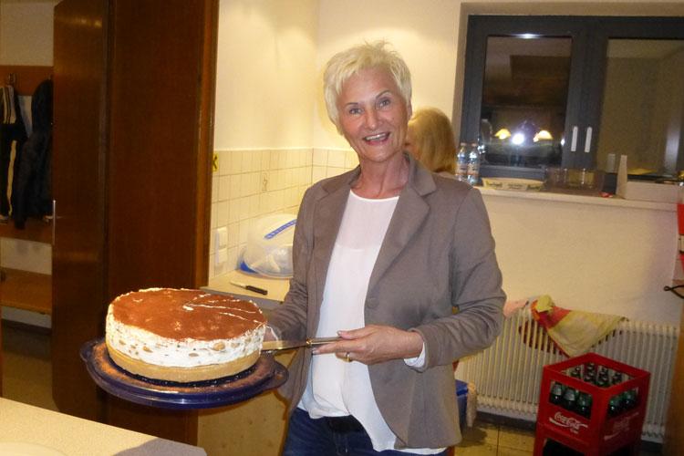 Ivka Berghammer mit Kuchen