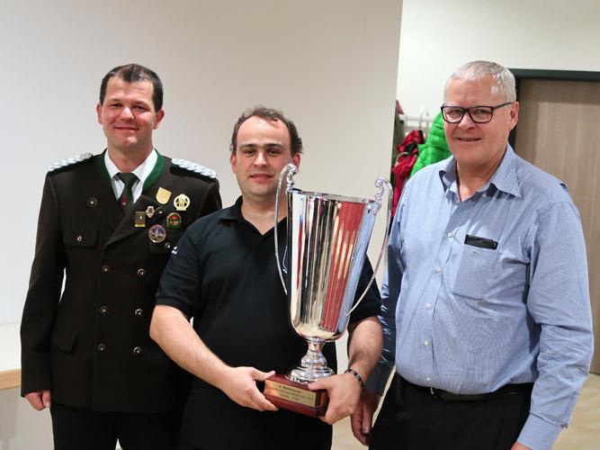 Martin Schranz mit Siegerpokal