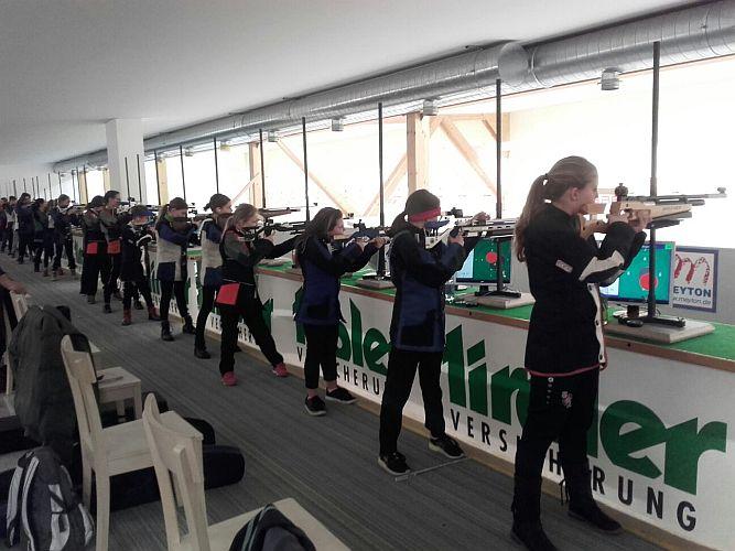 Jugendschützen am Schießstand