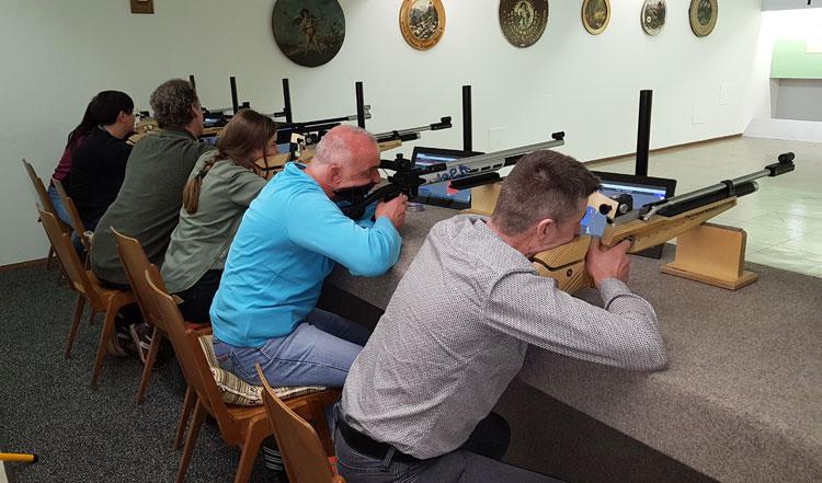 Schießstand mit Schützen aufgelegt