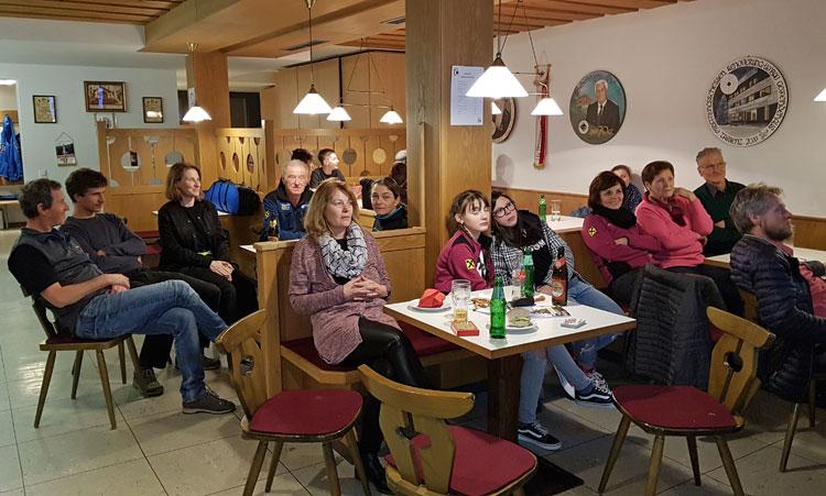 Teilnehmer im Schießlokal sitzend