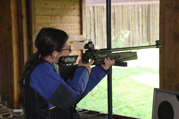 Laura Köll mit Gewehr im Anschlag